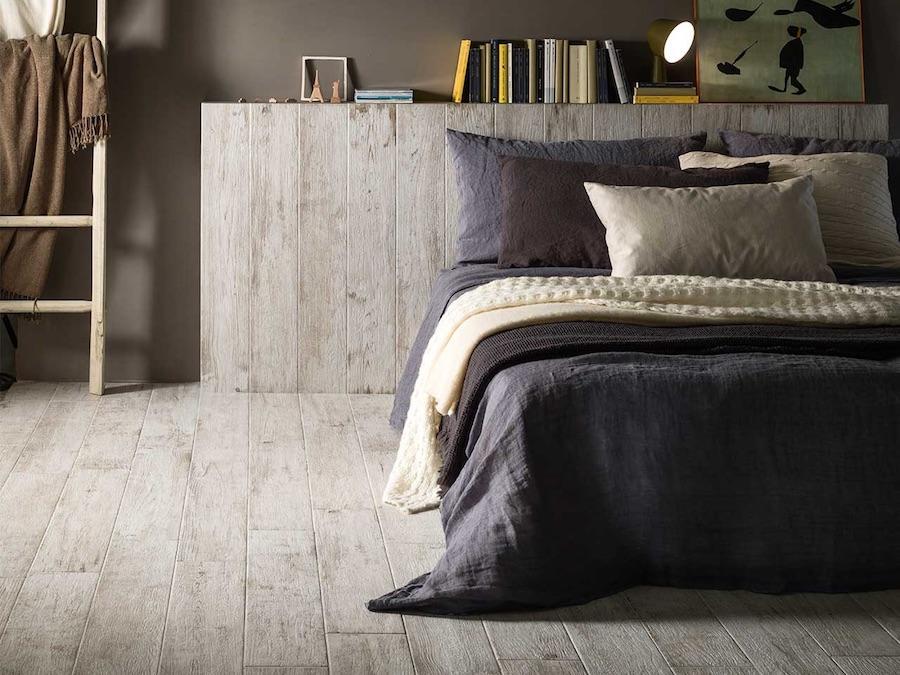 Gạch gỗ ốp chân tường phòng ngủ