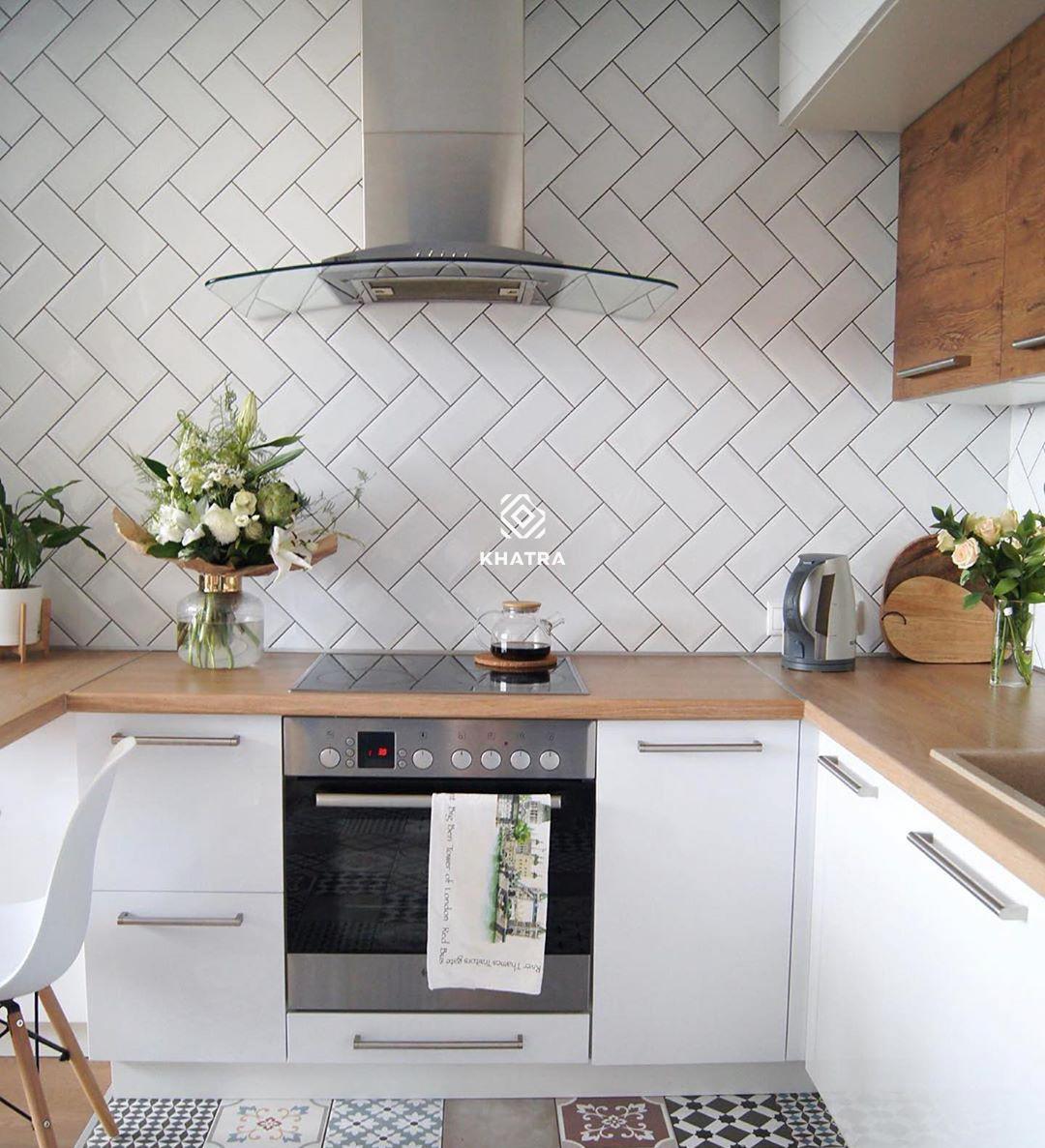 Nhà bếp sử dụng gạch thẻ trắng ốp tường