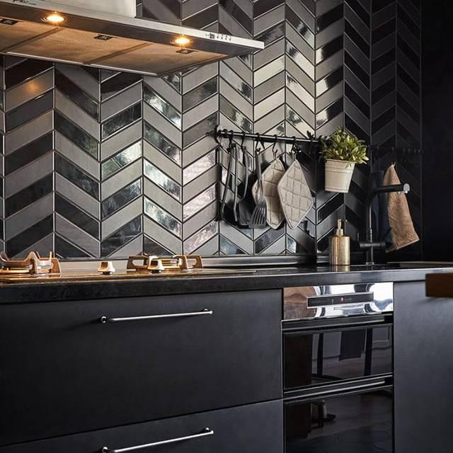 Gạch thẻ ốp tường đen kết hợp nội thất bếp đen