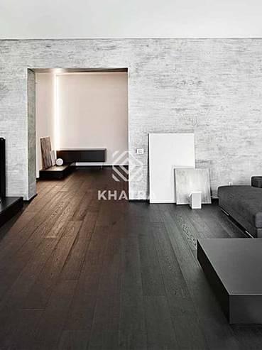 Gạch đen giả gỗ lát nền phòng khách