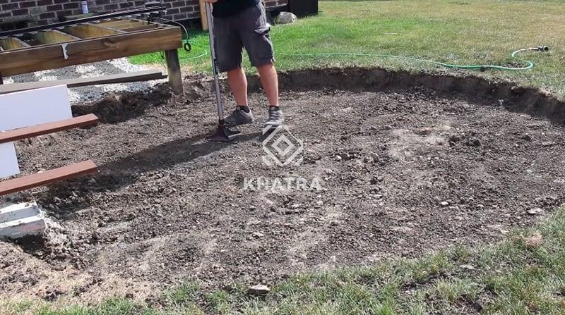 Làm phẳng bề mặt đất trước khi lát gạch