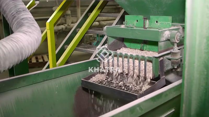 Trộn nguyên liệu cho quá trình sản xuất gạch Terrazzo