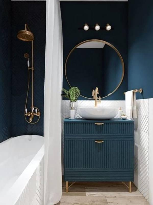 Xanh navy kết hợp với chi tiết mạ vàng trang trí nhà tắm