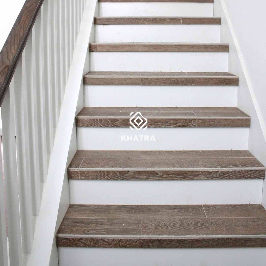Gạch giả gỗ màu nâu ốp cầu thang