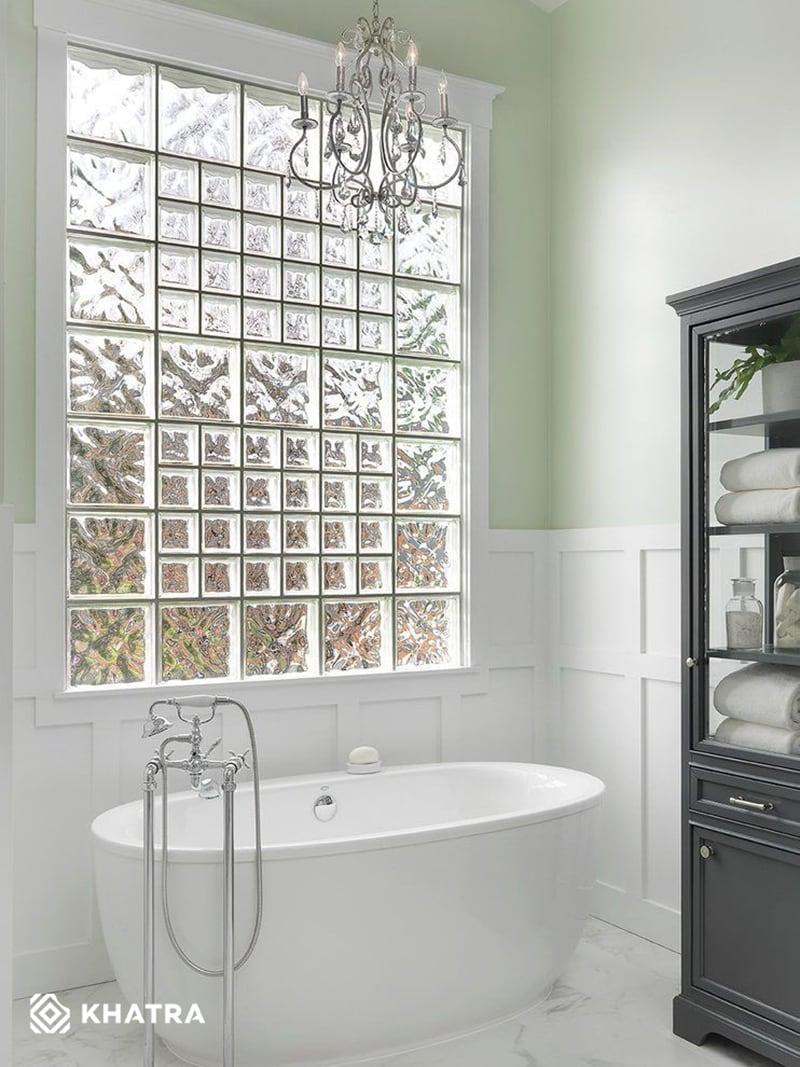 Gạch kính ốp cửa sổ phòng tắm