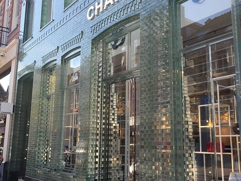 Gạch kính ốp mặt tiền cửa hàng Chanel