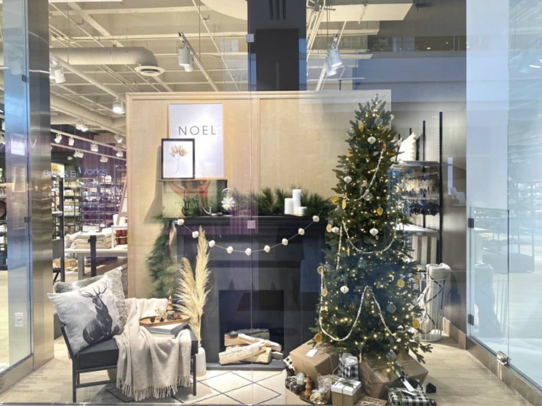 Cửa hàng H&M ở LA trang trí Christmas