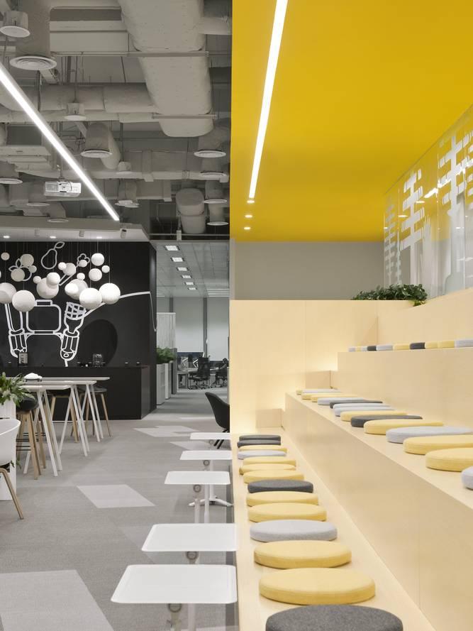 Yellow-Grey được kết hợp ở cả sơn tường và nệm ngồi