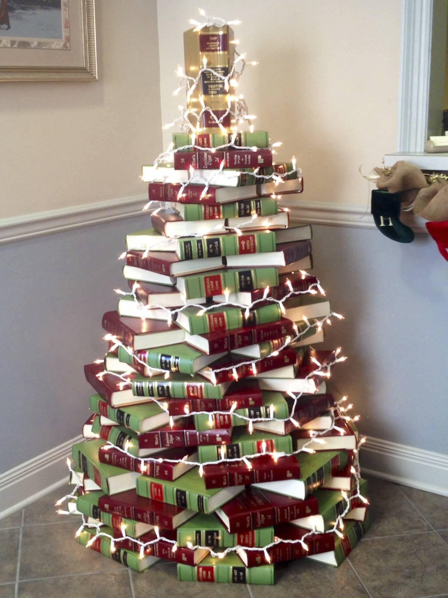 Làm cây thông Noel bằng sách