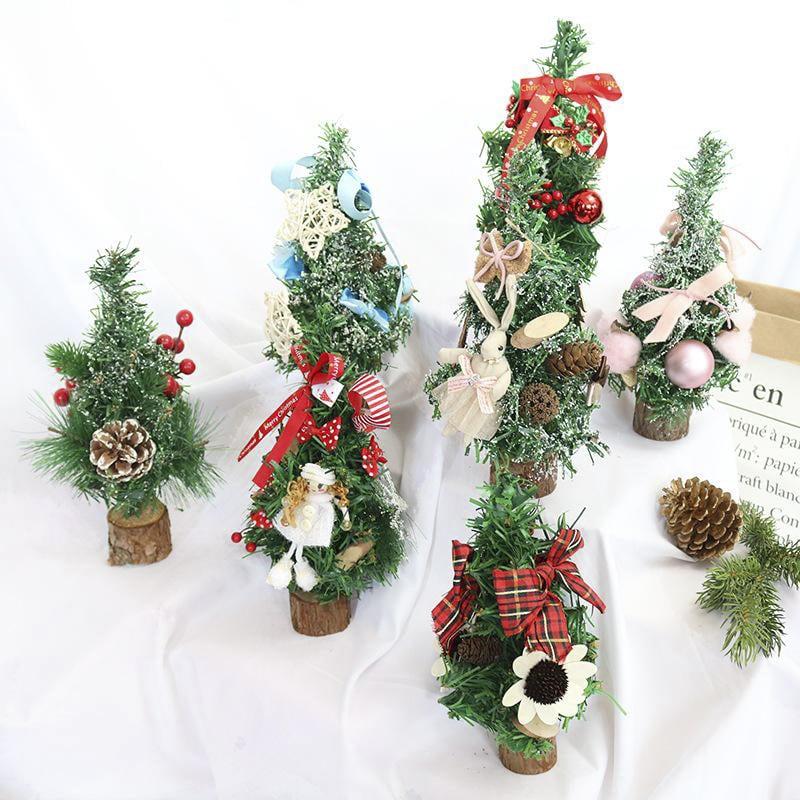 Trang trí bàn làm việc bằng cây thông Noel cỡ nhỏ
