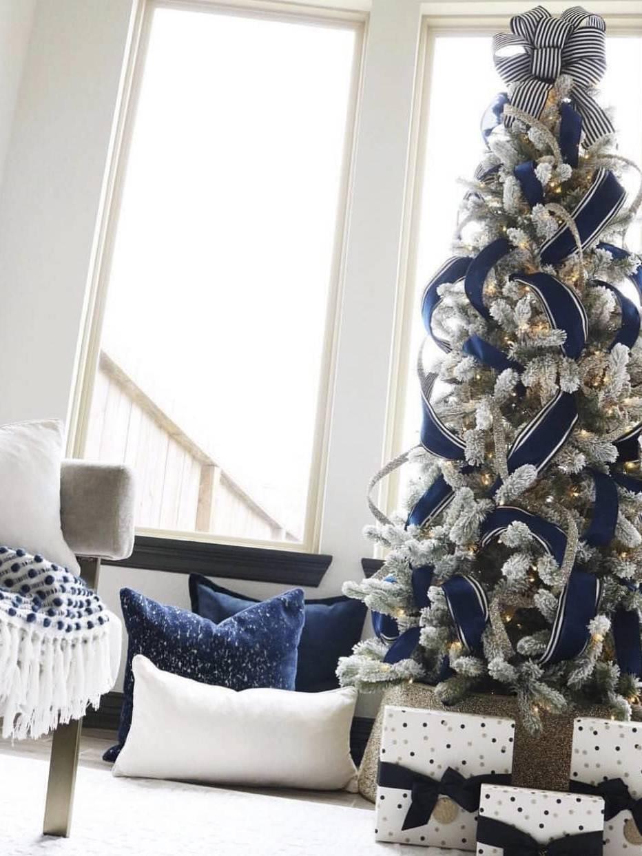 Nhà ở kiểu Famous - Trang trí giáng sinh tông trắng xanh