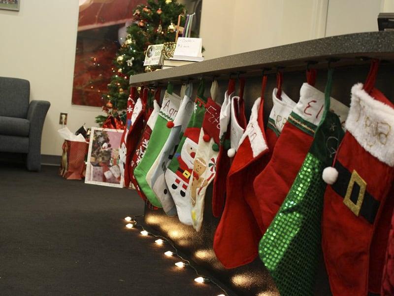 Treo vớ trang trí văn phòng mùa Giáng sinh