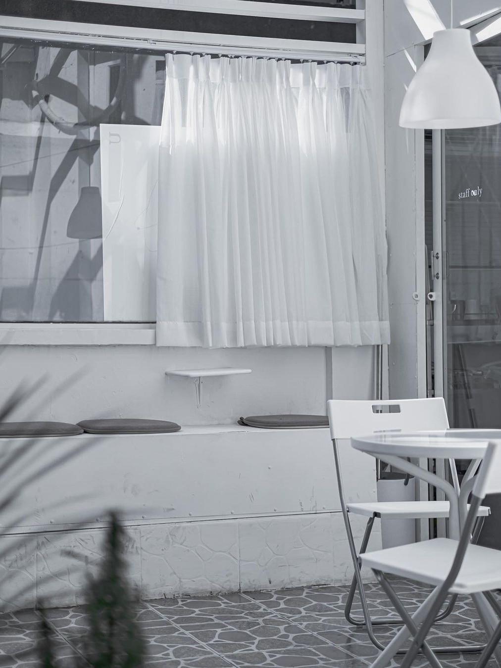 Dumm Cafe sử dụng tông trắng làm màu chủ đạo