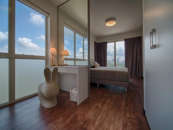 Phòng ngủ không gian mở với cửa kính lớn