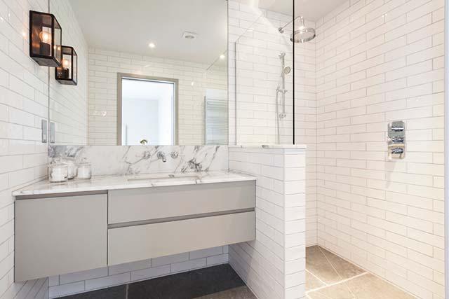 phòng tắm gạch thẻ trắng
